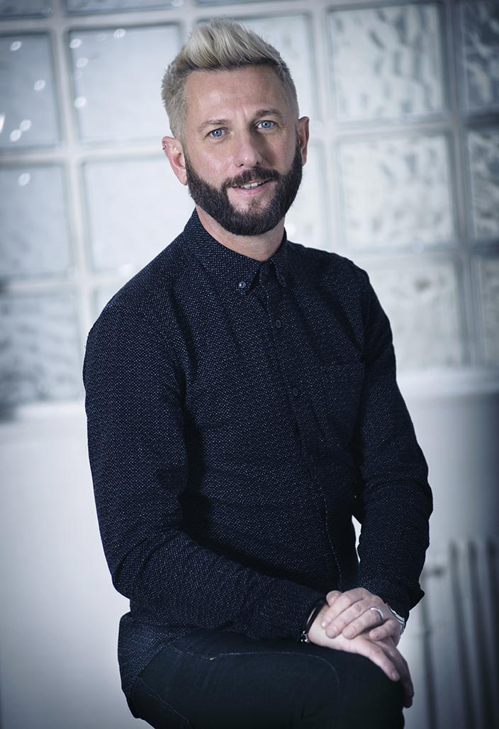 portrait Jerome Beaulieu directeur gerant salon coiffure coiffeur kut Paris blond yeux bleu homme barbe
