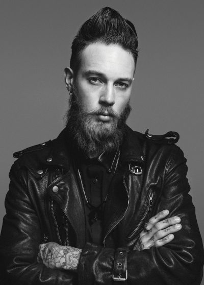 homme barbe cheveux long